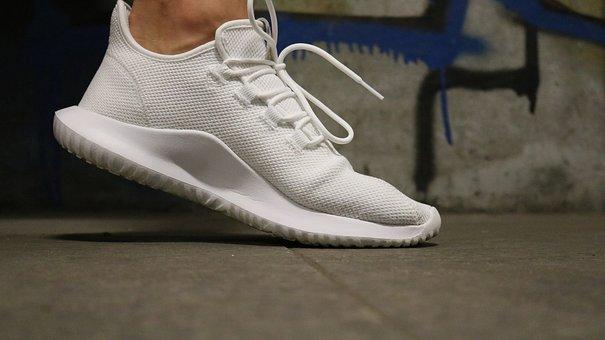 8a80413f Si tu look es mas deportivo, las zapatillas que son tendencia, y llevan  todas las celebrities son las de color blanco. Phoebe Philo, directora  creativa de ...